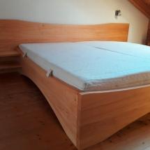 Schreinerei-Himmelsbach-Schlafen-Doppelbett-Erle-geschweift